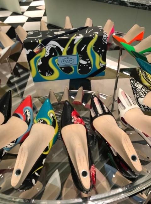Prada boetiek gepersonaliseerde schoenen draaiblok